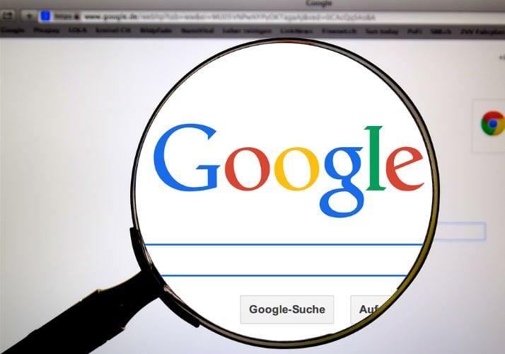 Como alterar endereço no Google Meu Negócio: imagem da uma lupa no logo do Google