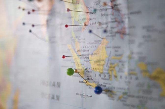Geomarketing no Instagram: imagem de um mapa com alfinetes marcando lugares