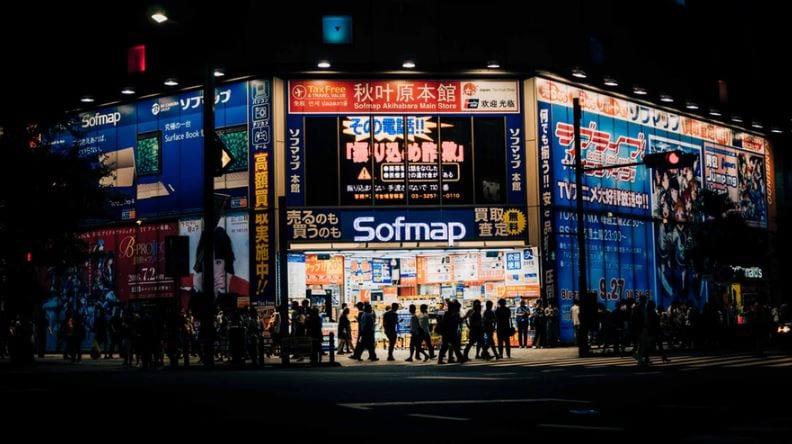Cross Selling: imagem de uma rua com várias lojas abertas e muitas pessoas andando em frente as lojas.