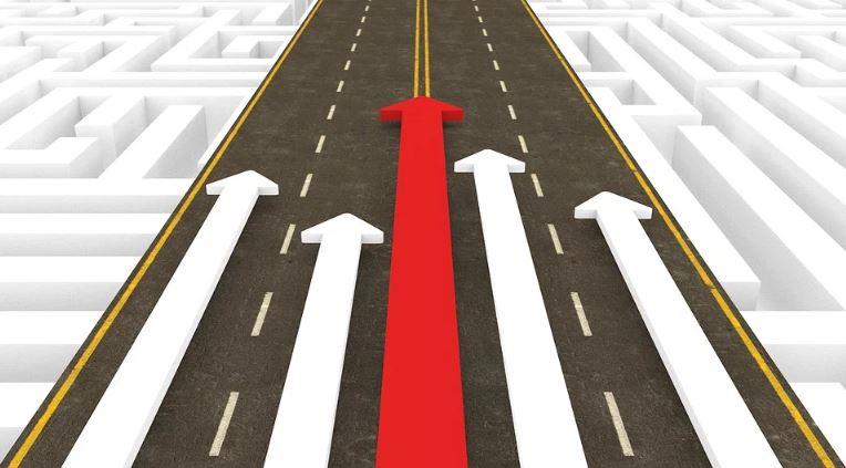 Concorrentes Indiretos: imagem desenhada de uma avenida com várias setas brancas e uma em vermelho disputando espaço.