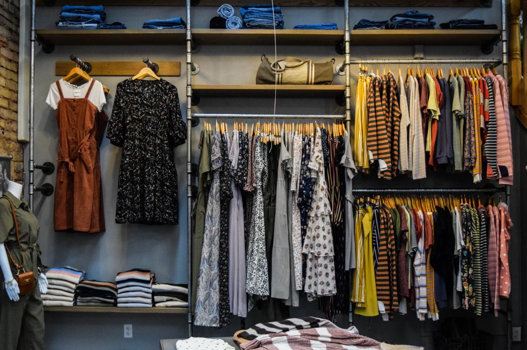 Lojas de roupas Instagram: imagem de um closet cheio de roupas