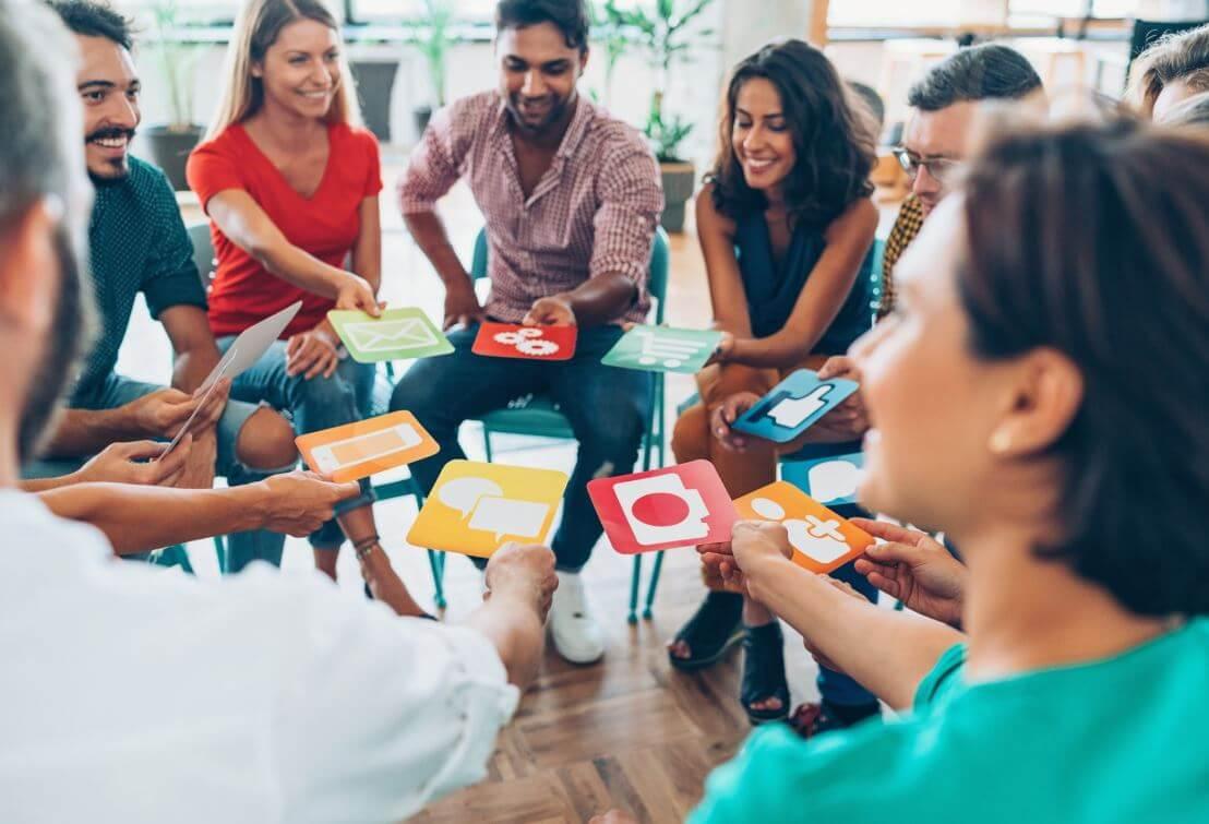 Captação de alunos: imagem de uma uma roda de pessoas sentadas em cadeiras conversando numa sala de aula