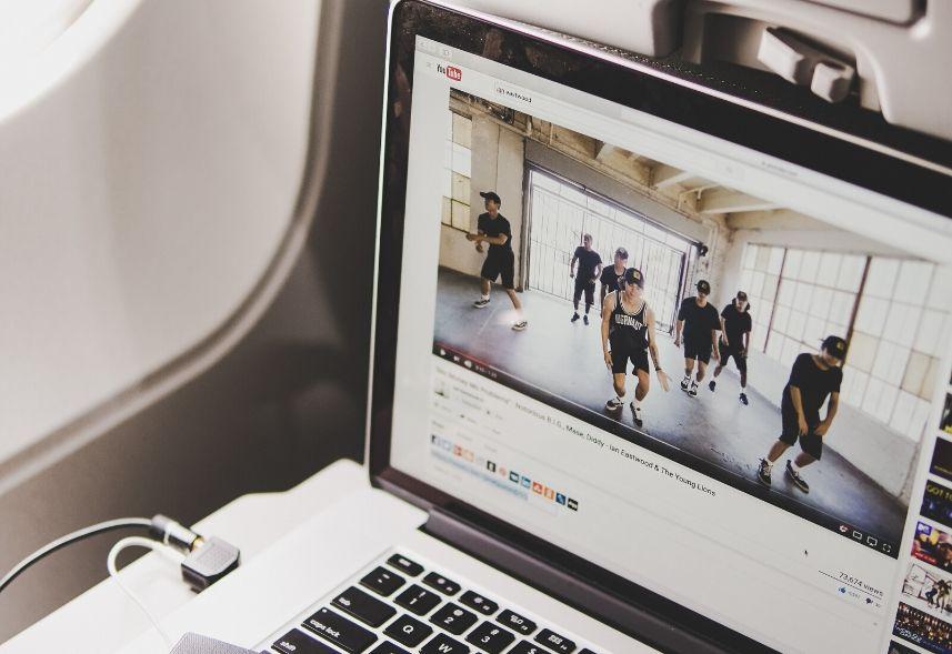 YouTube Ads: imagem de um notebook mostrando um vídeo do youtube na tela
