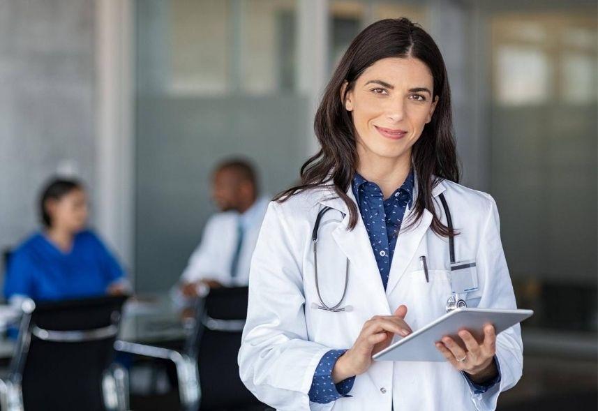 Marketing médico: imagem de uma médica de jaleco, segurando um tablete