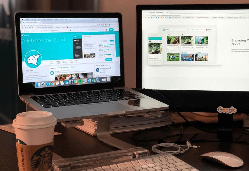 Gestão de redes sociais: imagem de um computador, um laptot e um café do starbucks sobre a mesa