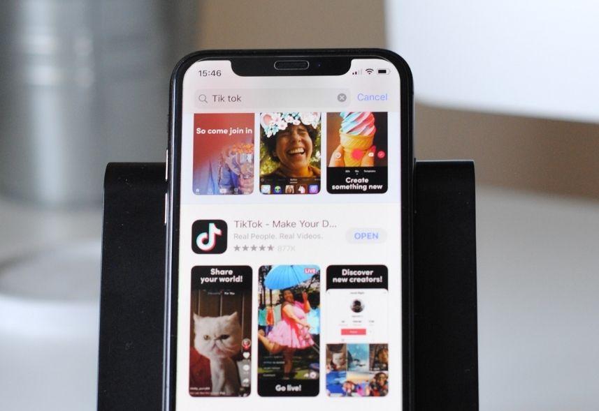Desafios do tiktok para marcas: imagem de um celular com o tiktok na tela mostrando imagens da página de descoberta do aplicativo
