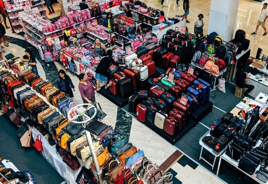 Comportamento do consumidor header: uma foto tirada da parte superior de uma loja na qual é possível ver os consumidores andando pelos corredores de produtos.