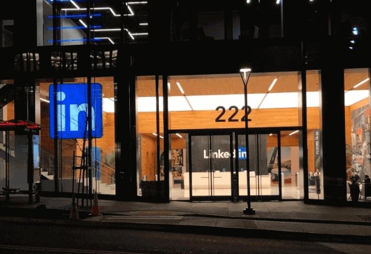 o que é linkedin:imagem da entrada de um escritório com a logo do Linkedin