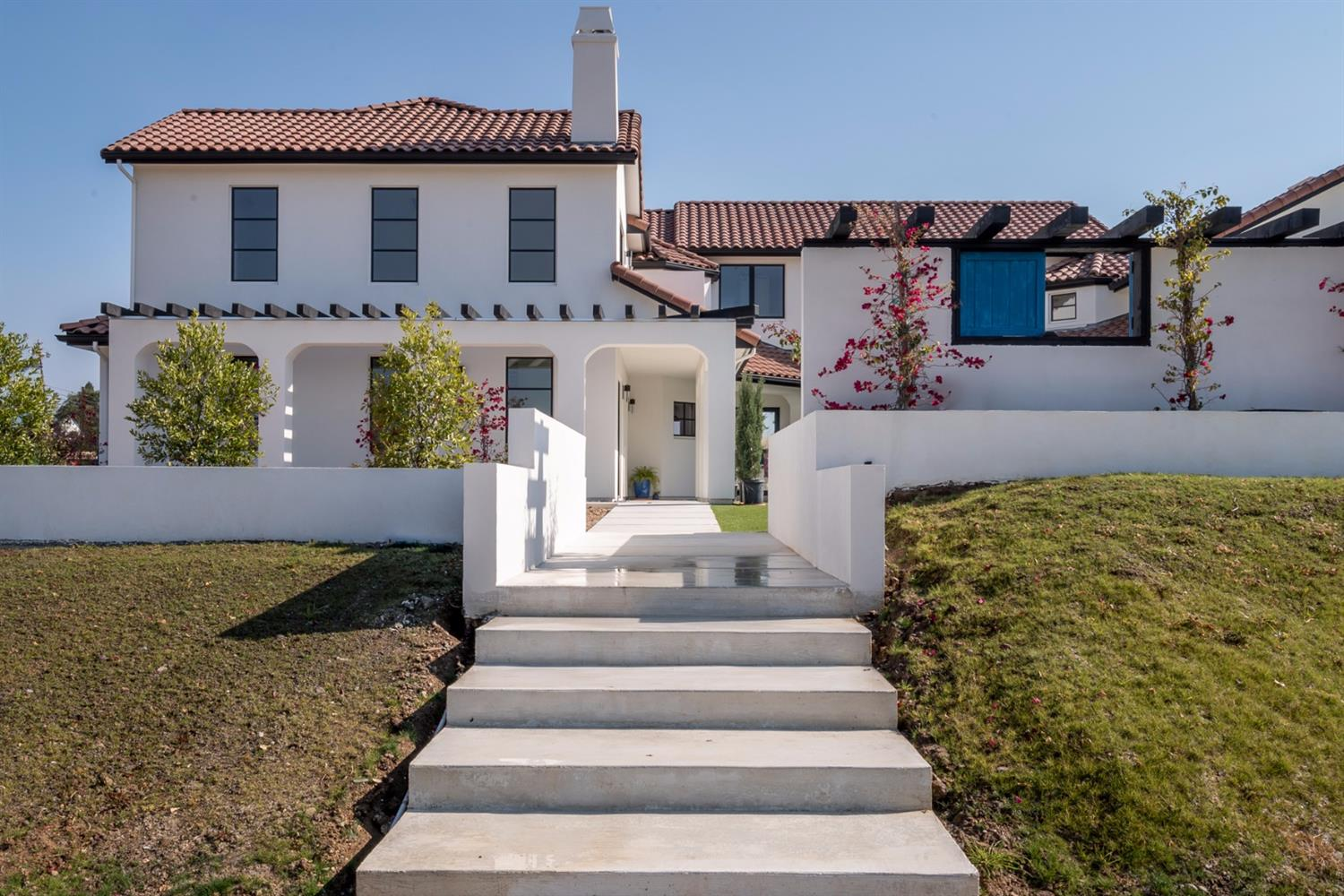 NEW CONSTRUCTION! Elegant Contemporary recently completed in 2017. Located in gated Chelshire Estates. Dramatic homesite w/over .50 acre of dedicated space for entertaining. Ample guest parking. Stunning courtyard w/ B/I 40' pool & spa, outdoor fire place(s) & 3 water features. Indoor/Outdoor Living Concept. Chef's kitchen. Wine RM, 10' Pella Doors & Windows.  His/Her master bath & closets, sliding barn doors, Separate his/her bidet's/baths. Detached guest quarters. Very private. Eureka Schools.