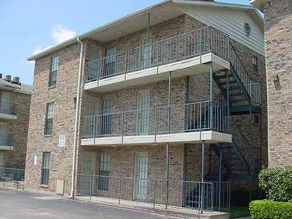 Move in ready! This is an upper level updated condo close to schools and I-635. It has 1 bedroom and 1 bath. It is ready to move in now. HOA provides water to unit. Must see.