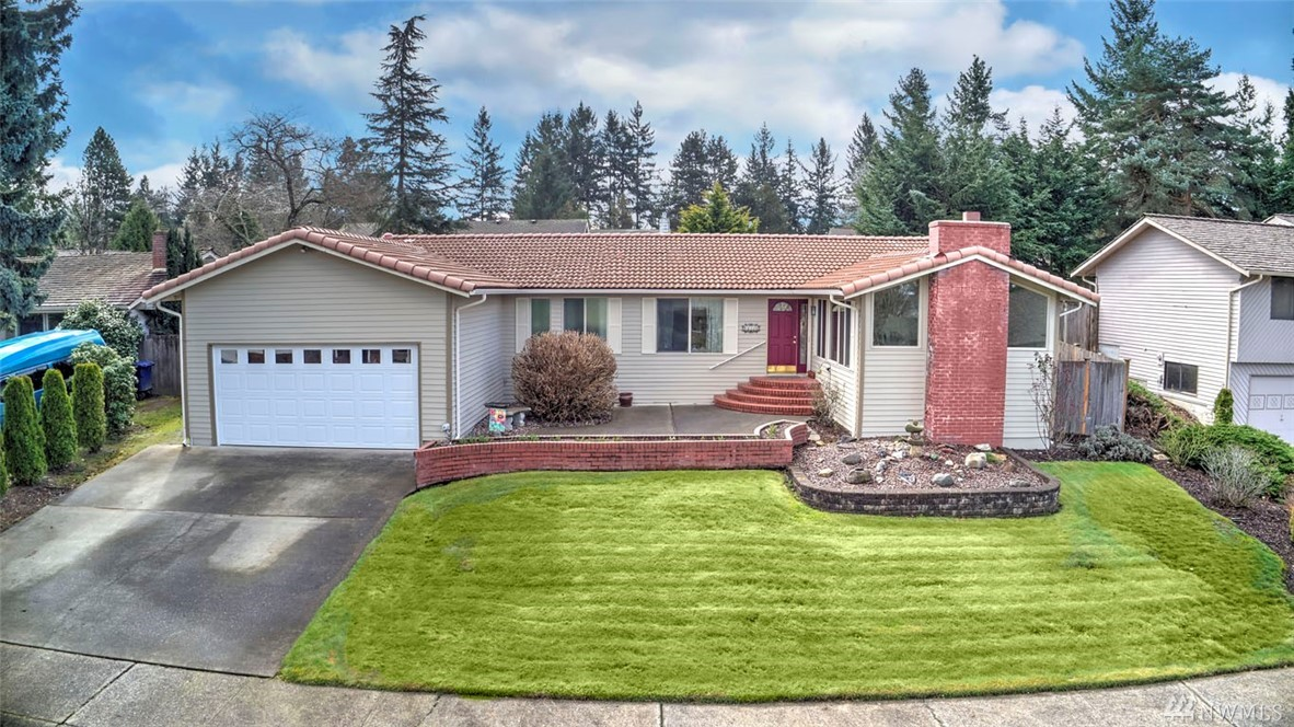 Gorgeous Fairwood Greens Rambler! Delight in this sunny updated 3bd/2ba home. Enjoy spacious lv rm/huge windows & classic floor plan w/large kitchen open to fmly rm & entertainment sized patio. Updated dream kitchen w/granite/stainless steel/dbl oven. Remodeled bathrooms/white doors & trim! Beautiful yard is outdoor oasis. Oversized master bed w/ensuite bath. Vinyl windows. 24hr security, golf mbrshps available & great schools. Easy access to freeways, airport, major retail, dining & businesses.