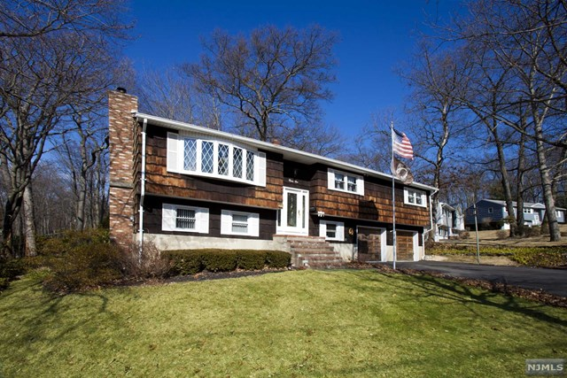 31 Sandra Lane, Bloomingdale, NJ 07403