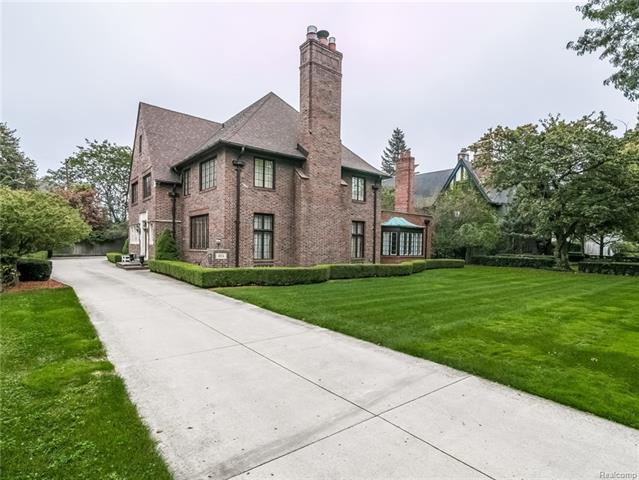LOCATED ON A SECLUDED CUL-DA-SAC WITH ACCESS TO PRIVTE LAKEFRONT PARK AT THE FOOT OF THE STREET.  THE VERSITALE LAYOUT IS ADAPTABLE TO ENTERTAIN INTAMATE TO LARGE GROUPS.  THIS PRISTINE HOME HAS BEEN LOVINGLY RESTORED AND UPDATED BY THE CURRENT OWNER.  THIS HOME BOAST AN UPDATED KITCHEN, WITH HIGHEND STAINLESS STEEL APPLIANCES, GRANITE COUNTERTOPS, HARDWOOD FLOORS, ISLAND WITH SEATING, EATING SPACE, AND ADJOINING BUTLERS PANTRY WITH ABUNDANT STORAGE.  INVITING FOYER WITH ACCESS TO MOST EVERY ROOM IN THE HOME, AND DOOR LEADING TO PRIVATE PATIO OVERLOOKING THE BACKYARD.  STATELY LIBRARY/FAMILY ROOM WITH BEAUTIFUL OAK PANELING AND NATURAL FIREPLACE.  SCERENE FORMAL LIVING ROOM WITH NATURAL FIREPLACE AND FRENCH DOORS TO PATIO, GRACIOUS DINING ROOM, MASTER BEDROOM WITH UPDATED PRIVATE BATH, NATURAL FIREPLACE, AND SITTING AREA, SECOND FLOOR LAUNDRY, SPOTLESS BASEMENT WITH GREAT STORAGE, AND NEWER BOILERS.  OLD WORLD CHARM AND CHARACTER WITH ALL OF TODAY'S MODERN CONVENIENCES.