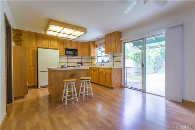 Spacious and breezy split-level townhouse located in the tranquil, community of Palehua Hillside in Makakilo. The home features a separate level for the master bedroom with master bathroom and walk-in closet. The open kitchen boasts a walk-in pantry for additional storage. There are two enclosed yards with a covered lanai overlooking the large back yard. Fresh paint throughout the home, new carpets and easy access to H-1, just a short drive from restaurants, shops and movie theaters.