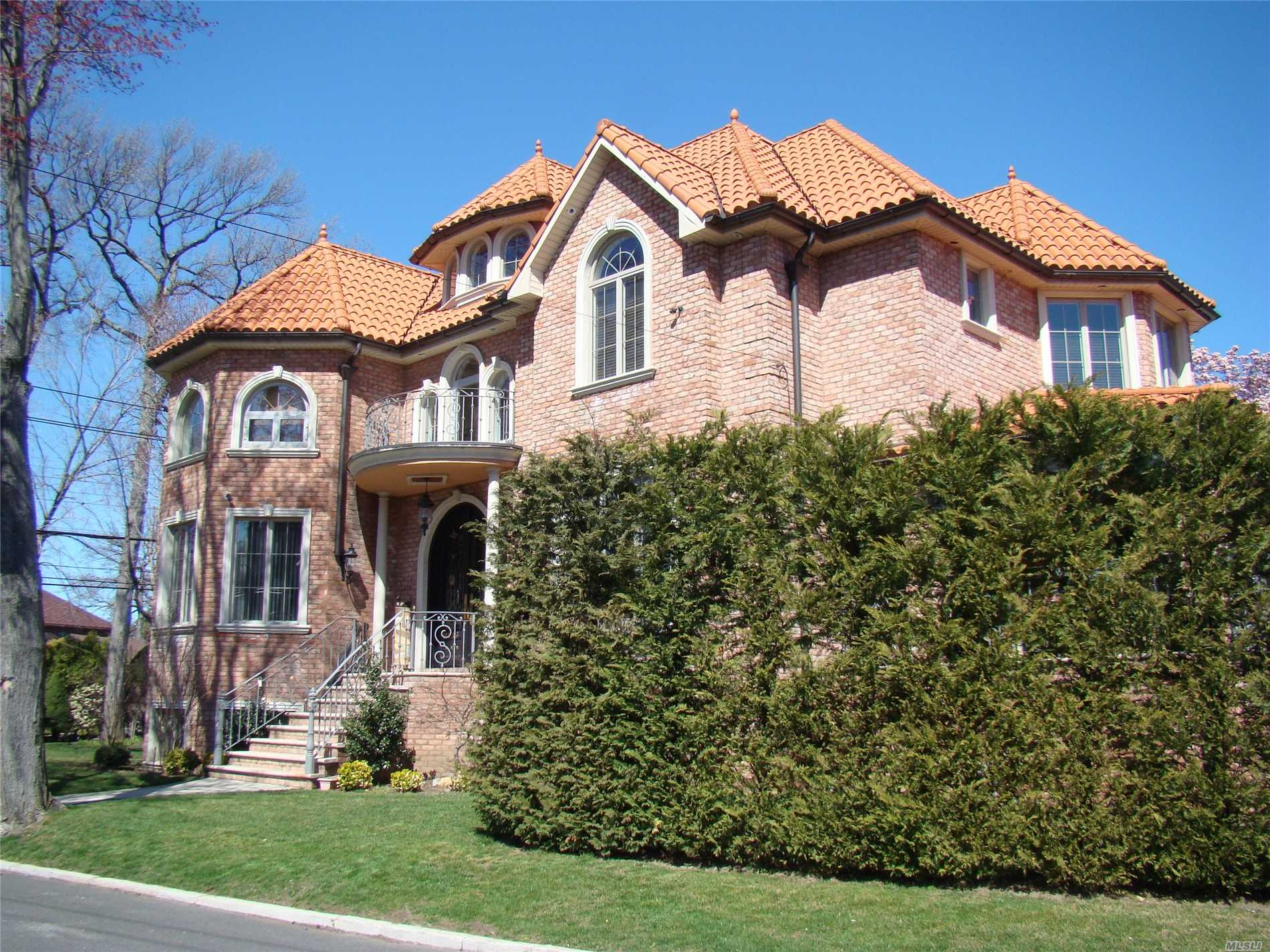Young Brick One Family In A Desirable Area Whitestone/Beechhurst. Facing South, Corner Property, Custom Built With Top Of The Line Material. Gracious Double Height Entry Foyer, Open Floor Plan And Hardwood Floor Throughout. Vaulted Ceilings In A All 4 Oversized Bedrooms, With 4 Full Baths/ 2 Car Garage With Driveway. Must See