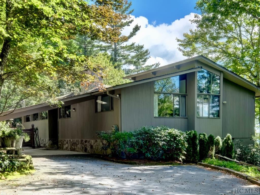 Mid century with Fabulous Mountain views. 3 bedrooms, 2 baths, spectacular covered porch! Perfect for entertaining and picture perfect grounds with gardens galore. Sagee is a highly desirable enclave of private homes in the city limits and 5 minutes from downtown.