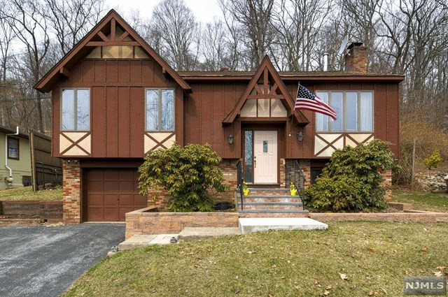 108 Seneca Lake Road, Sparta, NJ 07871