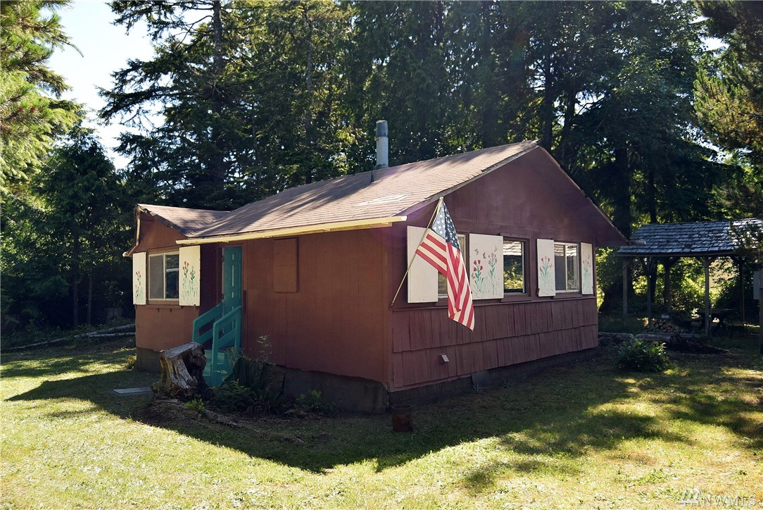 This cabin is awesome and a dream come true. It is a Clam Digger's paradise and comes with two lots. Property has an upgraded electrical panel and is hooked up to the county water and sewer. Close to the beach and ready to enjoy.