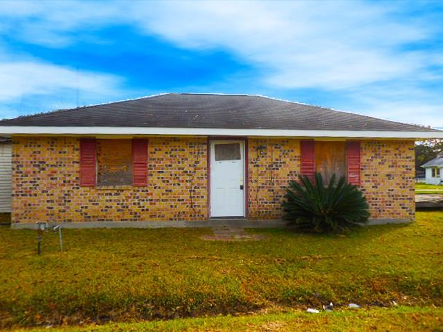 All brick home located on 2 wide lots. Home has nice sized den, eat-in dinning, indoor Laundry area and 2 bedrooms.