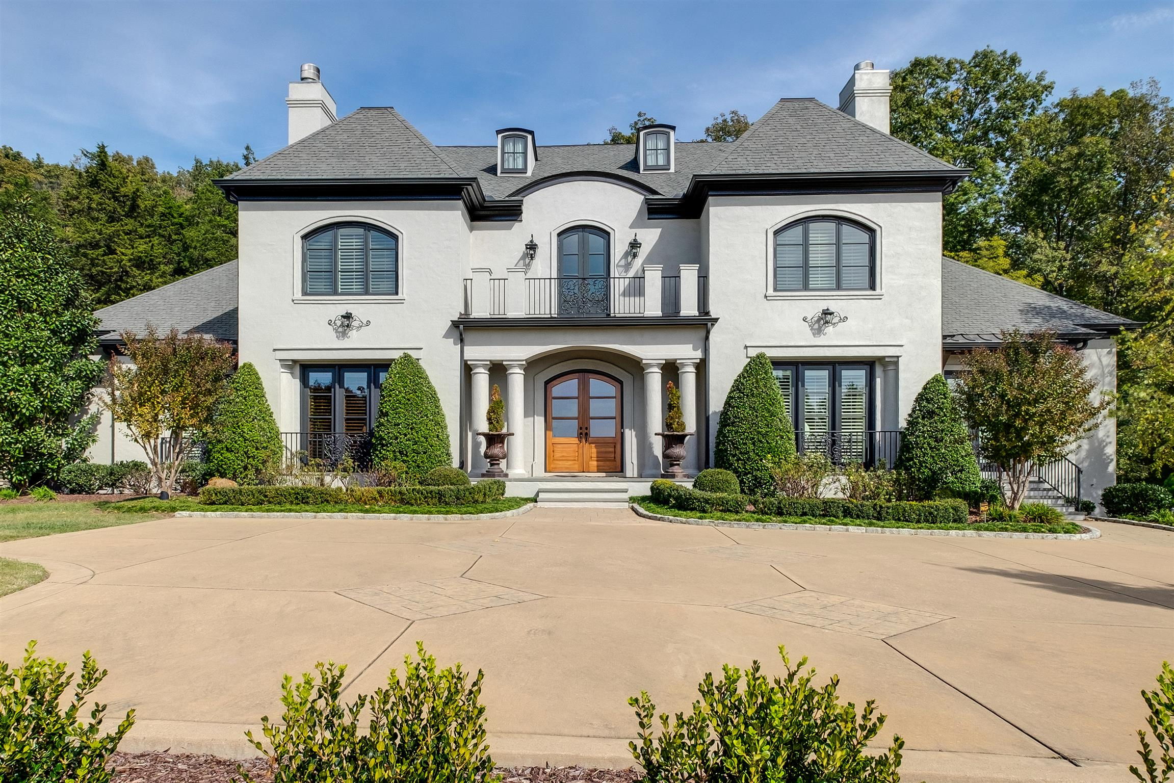 European villa w/2 private acres, incredible views in gated community. Great for gatherings formal dining & living rms, den with ruff hewn cedar beams & f/p open to kitch & bkfast. All 6 bedrms ensuite, Master with his/her walk-in closets and toilet rms. Hdwds on main, elevator, theater & game rm w/kitchen, screened porch, fenced yard, 4 car garage