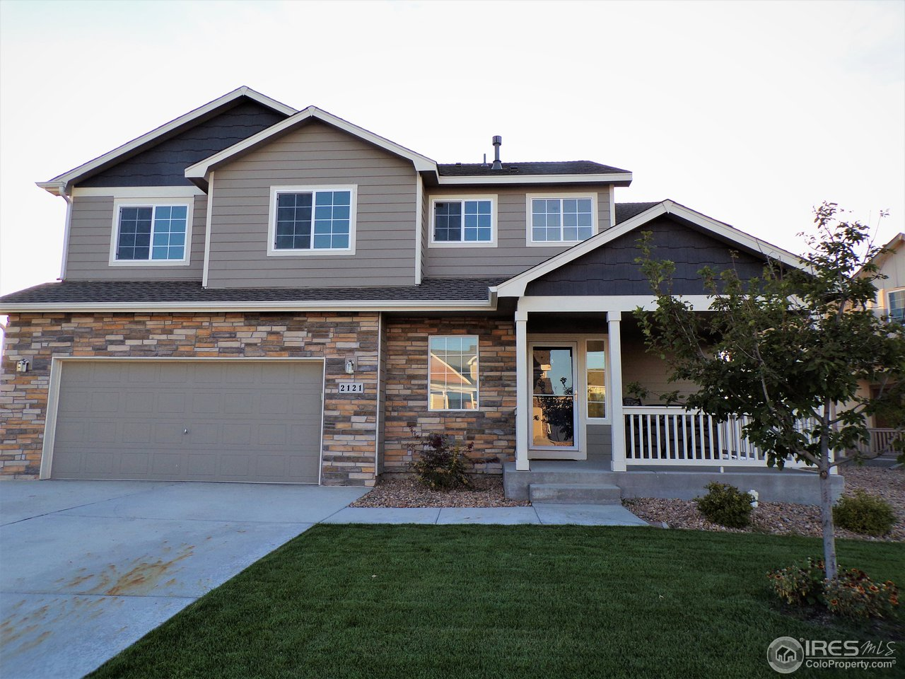 This is a beautiful 2 story home built in 2016 that offers 3 bedrooms, 3 bathrooms, a beautiful and upgraded kitchen, and a fully fenced in yard with professional landscaping. All stainless steel appliances included. Easy access to HWY 34, I-25 and shopping centers.