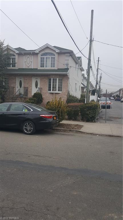Young mother/ daughter 3 bedrooms over 1 bedroom built in 2004. Corner property. Move in condition.