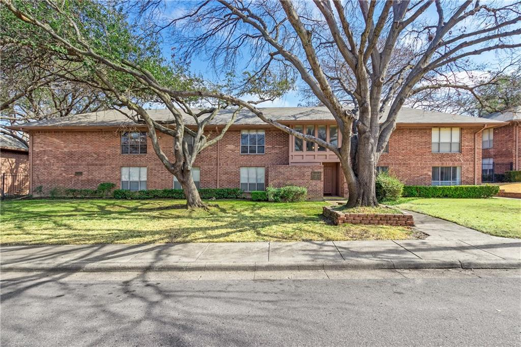UPDATES Spring 2018: entire bathroom, kitchen counters, Laminate Wood Flooring throughout, Blinds, Paint. Location ideal for SMU, Art Institute, NorthPark, local colleges, hospitals, parks, schools, easy 635-75 commuting, and new Costco. Laundry Room Facility on-site AND stackable washer and dryer hookup inside your unit for more convenience. Rear balcony space is 11.5' x 6' and Master Walk-In Closet is 10.5' x 5'  Home is covered by Super (Home Warranty).