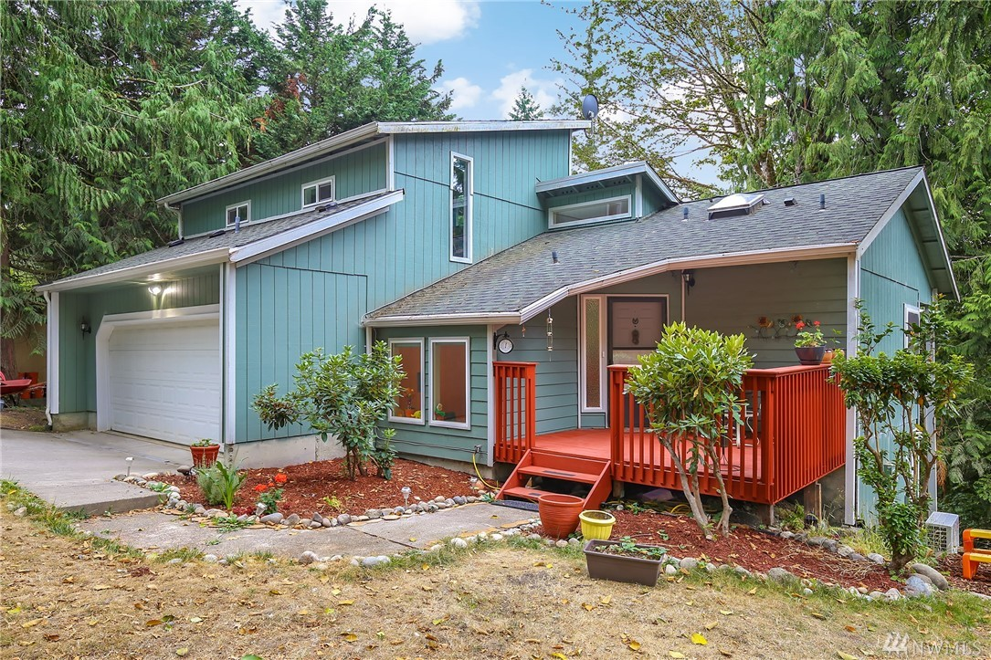 """Delight in this light & bright 3Bed 3Bath private view home quietly sits on a dead end road and only 15 minutes to DT Redmond. Move-in ready with updated kitchen, bathrooms, deck and new carpet. Kitchen features cherry cabinets, granite, black appliances & eating bar. This """"upside-down"""" floor plan is designed to take in spectacular sunrises and sunsets and it's practical and pleasing to the eye. Enjoy the 2 levels of expansive decking perfect for entertaining. Private community lake access."""