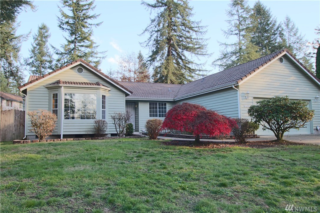 3-Bedroom Rambler on 1/3 Acre Lot in The Seasons! 1,852 SF, new carpet throughout, large living room w/bay window, formal dining room - also w/bay window, open to kitchen, big breakfast bar, all appliances included! Separate family room w/freestanding stove. Good sized bedrooms, master w/walk-in closet, oval soaking tub and shower! Both bathrooms have skylights. Large fully fenced backyard, 2-car garage, near shopping, schools, parks and I-5 Access!