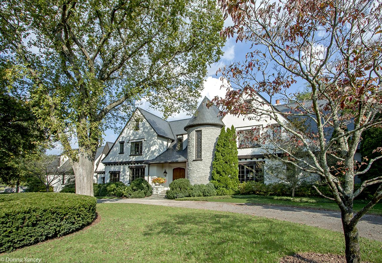 Exceptional Tudor,R.Farris Arch.H.Wickham,Bldr.Gated Hill Place,stone floored loggia opens to park-like lawn w/room for pool.Main lvl master.Thoroughly custom quality:slate roof,true stucco,leaded windows & other impressive finish details.Gathering rm,kitchen & bkfst rm join together for family space.Secure & Solid!