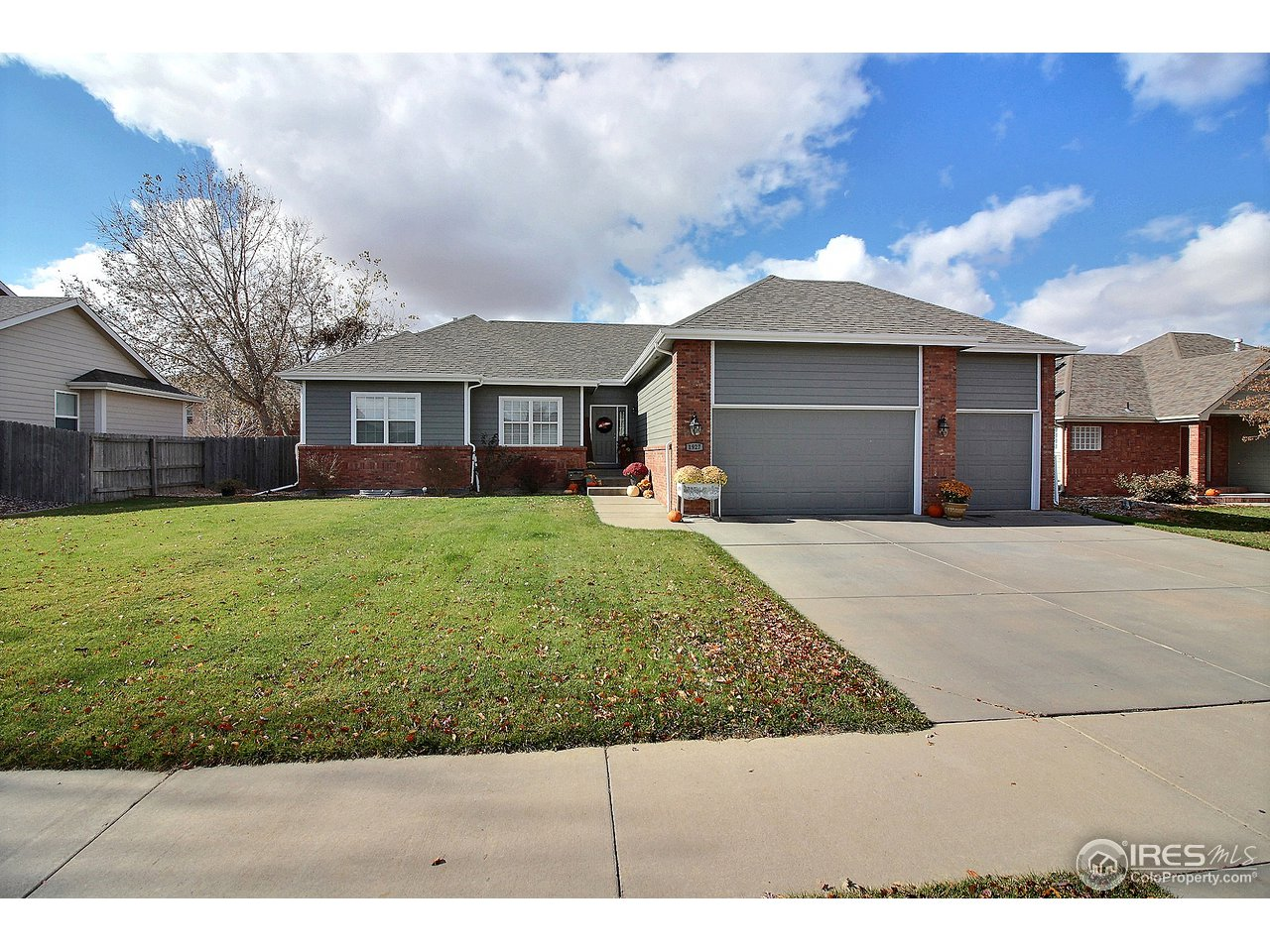 Open and spacious main floor living in Mountain Vista!  You're going to love this wonderful ranch plan!  Open kitchen and living area, great breakfast bar, upgraded stainless steel appliances, granite counters, all wood floors on the main level, knotty Alder cabinets and main floor laundry. Covered deck, fenced yard with sprinkler system, 3 car garage and an unfinished basement for room to grow!