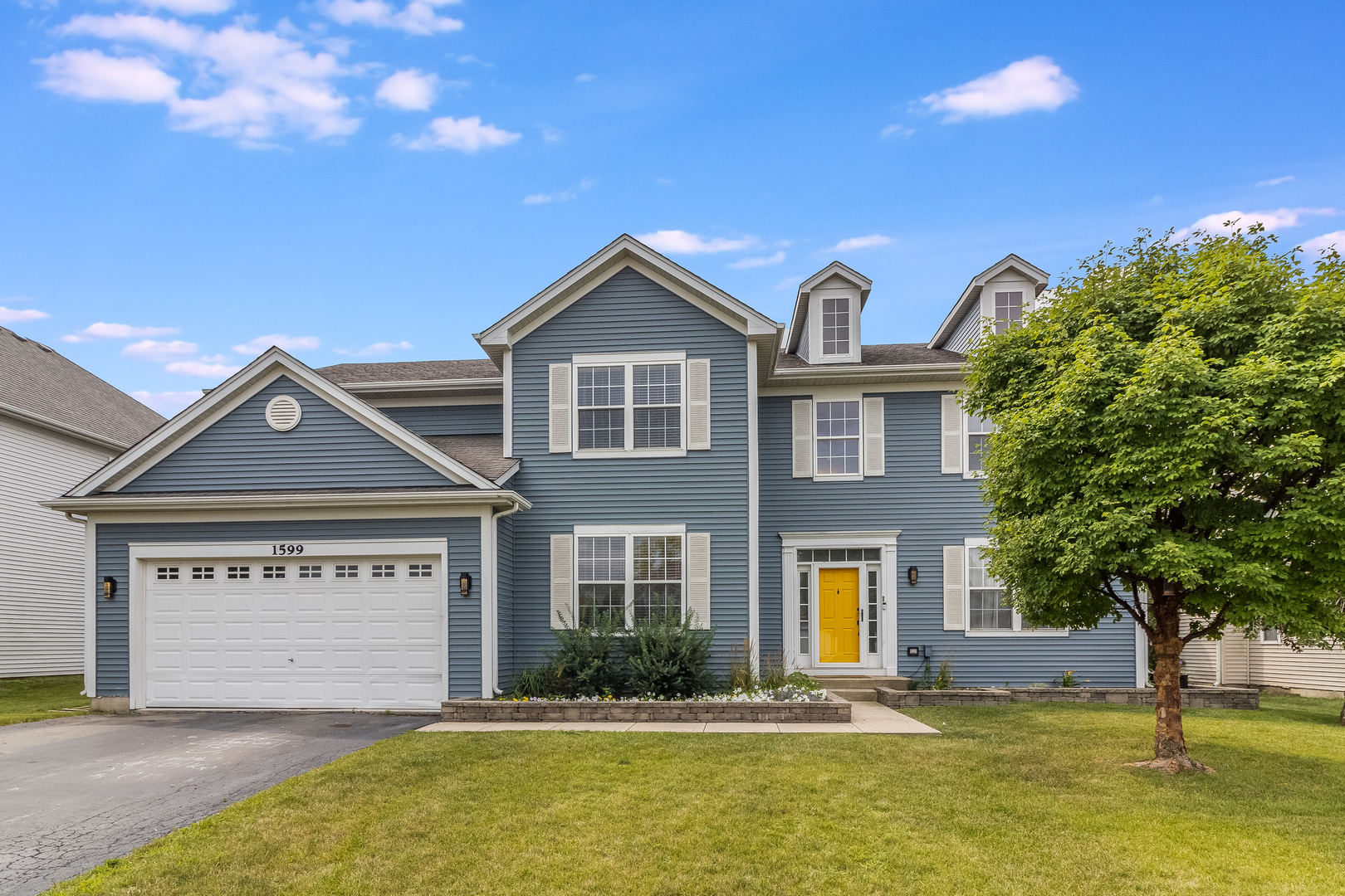 SOUTHGATE PARK'S FINEST! OVER 2,900SF OF PURE BEAUTY ON ARLINGTON STREET. 4 BEDROOM, 2 1/2 BATH 2-STORY HOME WITH MANY UPDATES WHICH INCLUDE NEW CARPETING (2021), REPAINTED INTERIOR AND KITCHEN CABINETS PAINTED (2020), FURNACE (2016) AND HWT (2018). FIRST FLOOR INCLUDES HARDWOOD FLOORING THRU-OUT AND CONSISTS OF FORMAL LIVING/DINING ROOM. 18X15 FAMILY ROOM OVERLOOKS THE YARD WITH SOUTHERN VIEWS AND LOTS OF SUNLIGHT. ADD A 1ST FLOOR OFFICE WITH FRENCH DOORS/WAINSCOTING AND CROWN MOLDING. ALL BEDROOMS PLUS BONUS ROOM ARE ON THE 2ND FLOOR INCLUDING ENORMOUS MASTER BEDROOM COMPLETE WITH SEPARATE SITTING ROOM & PRIVATE MASTER W/DUAL VANITY & SEPARATE SOAKING TUB/SHOWER. TOO MUCH TO LIST AND INCLUDE 202 SCHOOLS!