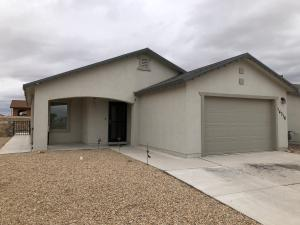 El Paso Far Eastside in Horizon City - Wonderful single level home ready for a new family. The home welcomes you into an open living and diningarea. The kitchen over looks the open floor plan to this house. All three bedrooms are comfortable to enjoy. The house is located Darrington south of Horizon Blvd. inthe newer home areas. An easy walk to a public park and access to everything you will want. Walmart Grocery stores, eateries and night life. Give us a call toschedule a showing. Only 30 minutes from Ft. Bliss taking I-10 West connecting to Hwy Loop 375 North to access Spur 601 into Ft. Bliss East.