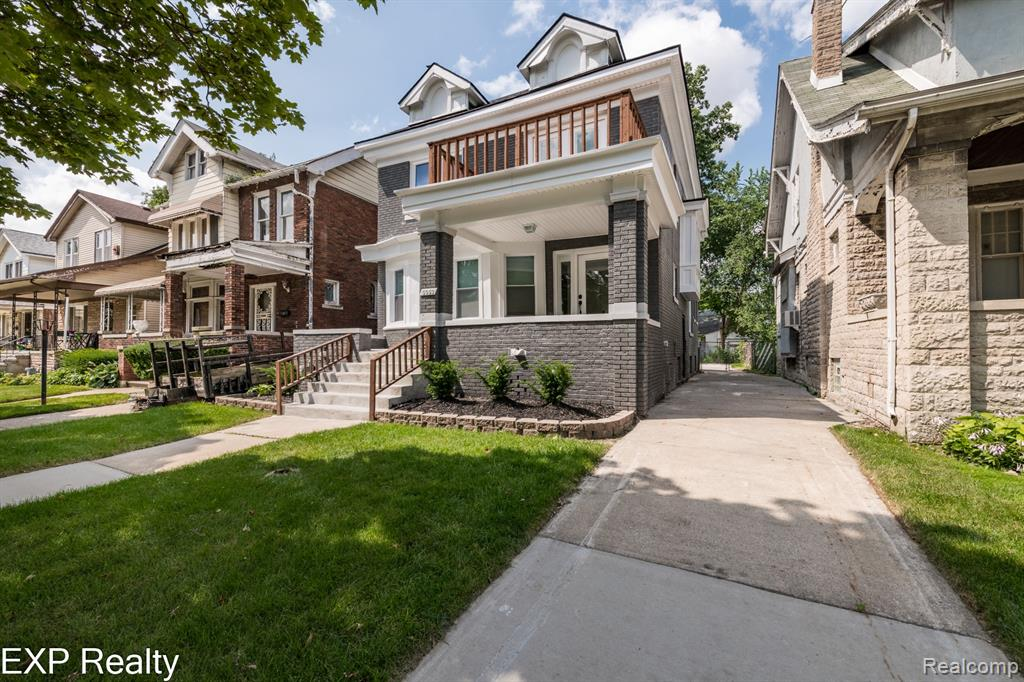 SUPER SHARP AND MOVE IN CONDITION. 2100 SQ FT OF LIVING SPACE, 5 LRGE BEDROOMS AND 3 FULL BATHROOMS, 3 FLOORS, AN OPEN FLOOR PLAN, LARGE NEW KITCHEN FEATURING A WIDE WINDOW OVERLOOKING BACKYARD, HUGE QUARTZ ISLAND OPEN TO THE LIVING AREA WHICH HAS A NATURAL FIREPLACE. NEW FLOORING AND PAINT THROUGHOUT THE ENTIRE HOME, RECESSED LIGHTING, NEW WINDOWS & NEW BATHROOMS, DOUBLE SLIPPER TUB AND GLASS STAND UP SHOWERS BUILT WITH HIGH QUALITY AND CARE. BEDROOM WITH BALCONY AND ANOTHER ONE WITH A  FIREPLACE. 4 BEDROOMS ON SECOND FLLOR AND A HUGE MASTER BEDROOM WITH A WALK IN CLOSET AND MASTER BATH WITH SKYLIGHTS AND TUB ON THE THIRD FLOOR. EASY ACCESS TO FREEWAYS, JUST 10 MINUTES FROM DOWNTOWN DETROIT & BELLE ISLE, A FEW BLOCKS FROM THE HISTORIC DISTRICT. SELLER IS WILLING TO PUT AN A/C CONDENSER IN BEFORE CLOSING.