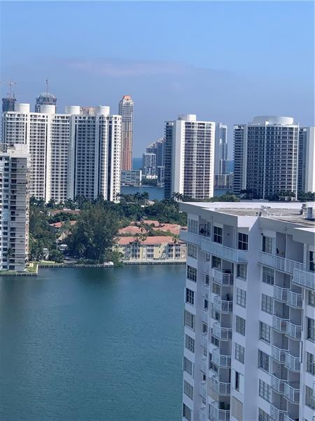 23rd floor with amazing views.   Covered parking. Walking distance to Aventura Mall.   Loads of glass to see all around.