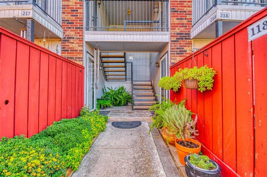 Recently updated condo at The Huntington.  This cute 996 sqft 2 bed 2 bath with 1 car garage will go fast.  Schedule your showing today.