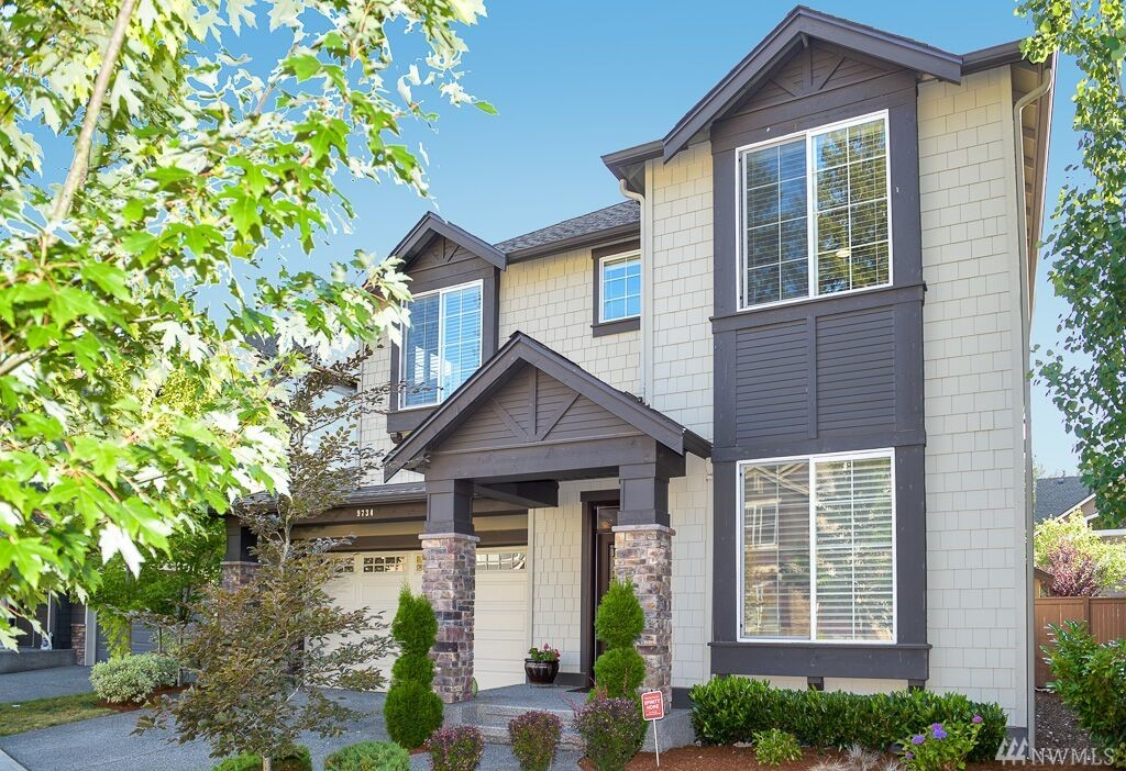 Highly desirable Laurelhurst flrplan w/versatile layout in sought after Deveron,built in 2014. Sunlit 5 bedrms with guest bed on main. 9' ceilings throughout.Wall of windows.Extensive millwork,vaulted ceilings. Open concept kitchen w/granite slab counters. Fam rm w/stone wrapped f/p. Sumptuous Master Suite offers soaking tub, built-in bench & xtra-deep walk-in closet. Laundry upstairs. Built-in mud rm bench, 3-car garage. Fully-fenced yard. New Ella Baker Elem & Timberline Mid. Rare opportunity!