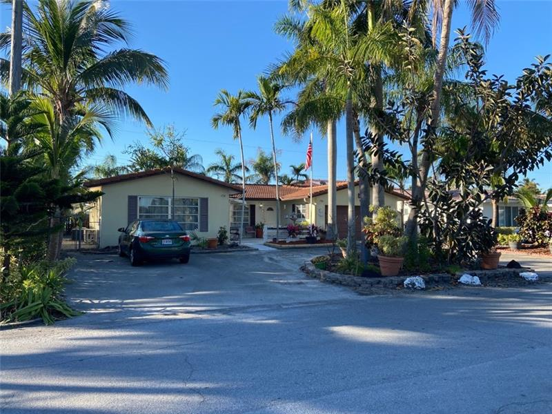 Coral Ridge, Spacious single family home with a in-law apartment  total of  4 bedrooms 4 bath. All ceramic tiles throughout, 2 car garage, circular driveway can park up to 8 cars. This is a true duplex that can be converted into a single family. Great home for someone that wants an extra income. No HOA