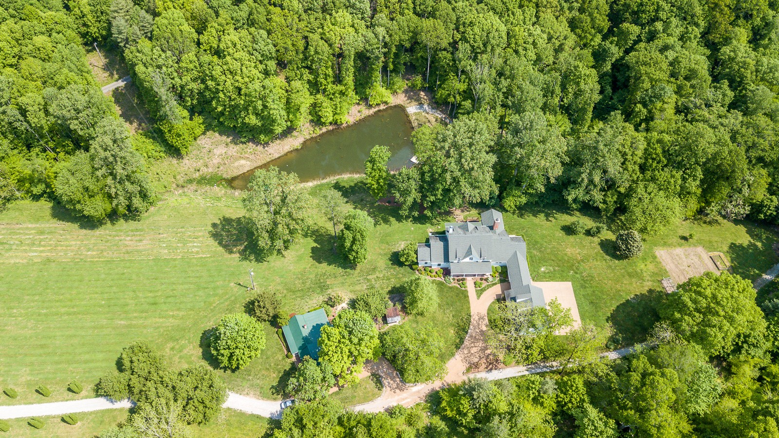 Breathtaking property with 17 acres, pond and barn - Totally private - Caretakers cottage
