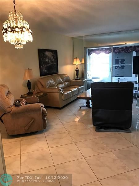 Beautiful condo in Lauderdale Oaks, super clean in moving condition. Turn key everything stay. Tiles through out, condo fee low internet included, AC 8 years old, water heater 4 years old. Building in excellent condition, no assessment, new roof 3 years old, main brakes an plumbing, sour have been change. Good location access to main road, close to shops, airport and beach. Community offering: Heating pool, BBQ area, billiard and exercise room, shuffleboard, pétanque, shows and much more.