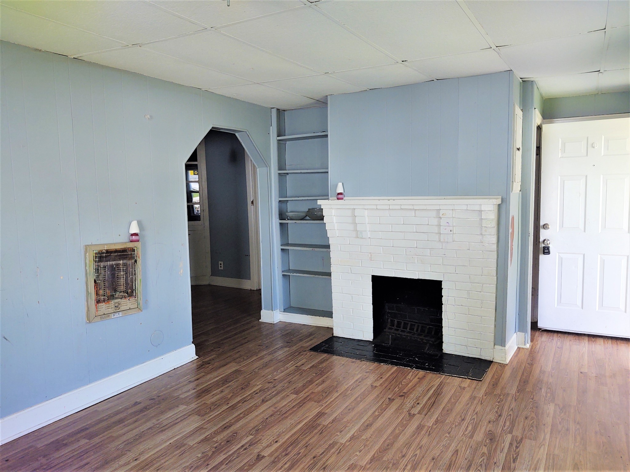Investor special! Check out this two bedroom, (could easily be three bedroom) one bath home in the heart of Gallatin. Upstairs attic area could be used for additional bedrooms or for hobby room/ storage. Cash or conventional loan only. Being sold as is.