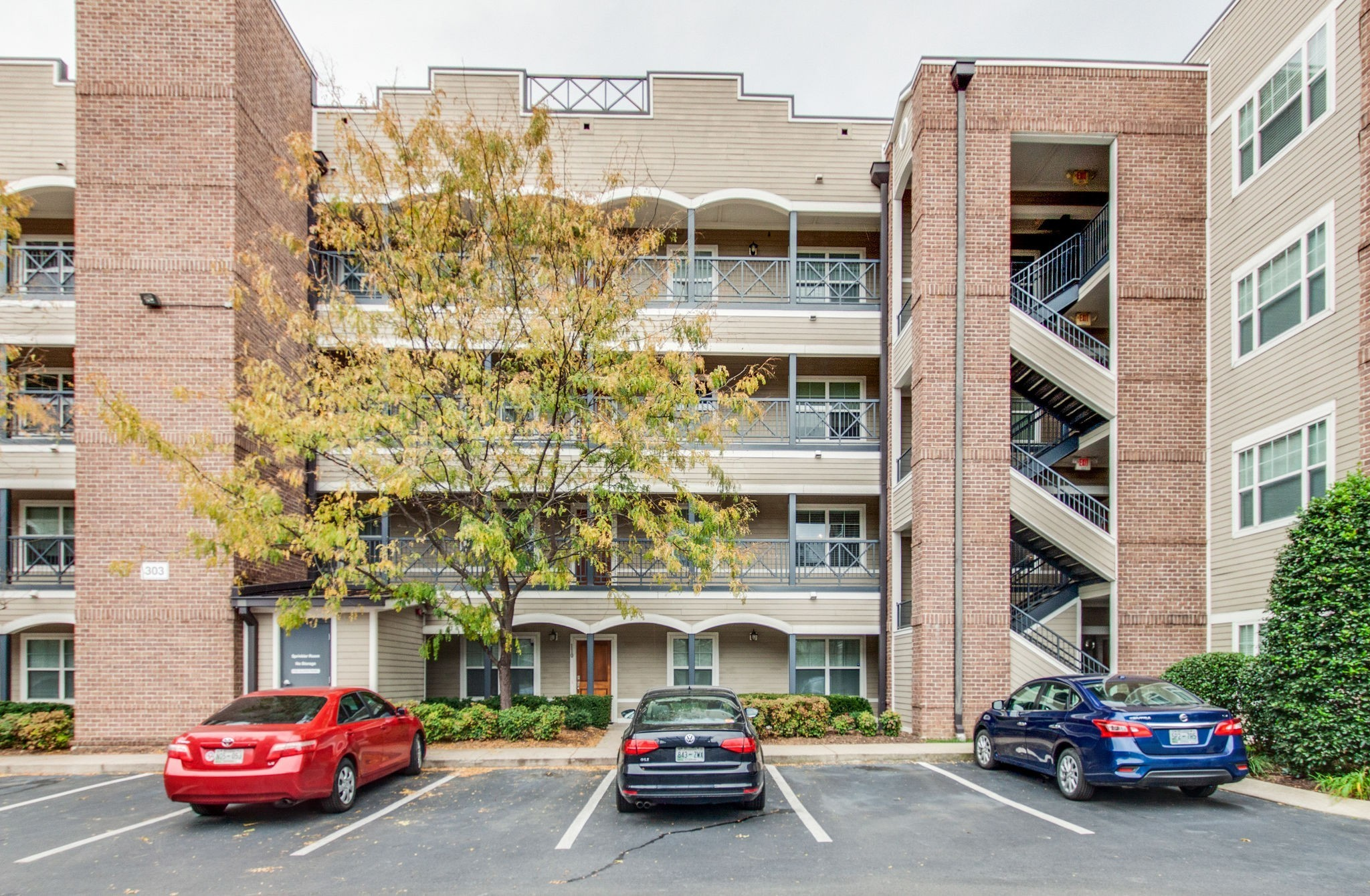Upscale and the ultimate in Downtown living, Top floor, end unit, Spacious 1 bedroom with city views, Fridge, w/d to remain. Hardwoods, Granite, 9' ceilings, NEW HVAC system (May 20) Short Walk to Nash Sounds Stadium, Farmers Market, Bi-Centennial Mall, Nissan Stadium, Watch the 4th of July fireworks on the rooftop. Move-in Ready! Don't let this one get away!
