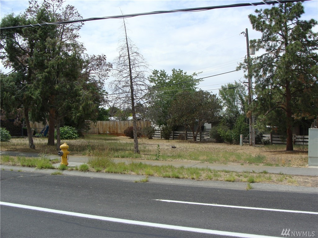Location, Location, Location, Close to Schools, Downtown, Parks, Shopping and Restaurants! This Flat 8953sf Lot is Perfect to Build Your Dream Home, Plenty of Room for the Home, Big Garage, Private Yard and RV Parking, Utilities are Close, Lightly Treed, Let Your Imagination Go! There are Multiple Ways to Purchase Vacant Land Today! Call us for your Options! This is a Must See Property!!
