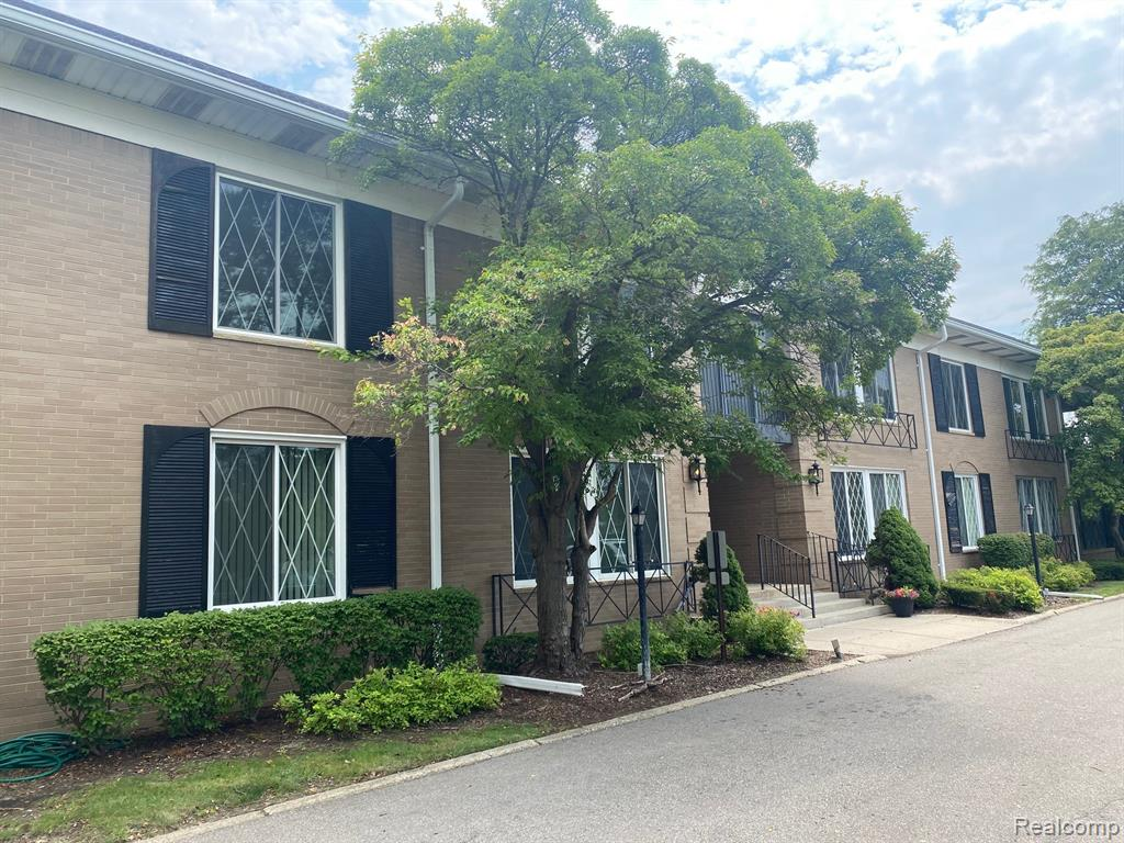 ONE BEDROOM LOWER UNIT IN LE CHATEAU CONDOS LOCATED IN GREAT SOUTHFIELD LOCATION. COMMON AREA BUILDING WITH ELEVATOR AND TWO UNDERGROUND ASSIGNED PARKING SPOTS. NEW PAINT IN THROUGHOUT UNIT. COMMON AREA LAUNDRY FACILITIES AND ADDITIONAL LOCKED STORAGE AVAILABLE. VERY CLEAN UNIT AND PRICED TO SELL.