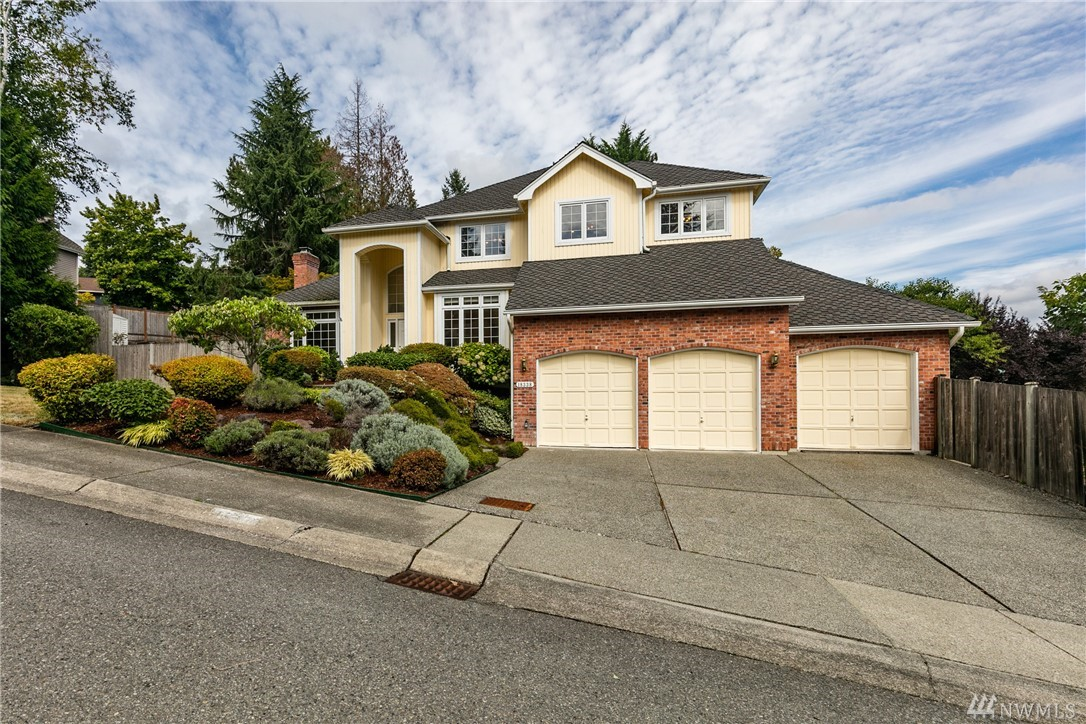 Burnstead resale.Elegant,grand entry,sunken liv rm w/vaulted ceilings.3 FP. Updated open kit w/cherry cabinet,slab granite counter top w/nook,updated pder rm.Master suite w/ Mount View, additional Den/workout rm w/FP.California closet. Expensive hdwd flr on upper level.Newer compostion roof.Huge storage rm.Oversized 3 car garage.Expensive gutter sys w/filter & cover,large backyard for BBQ,Sprinkler sys.Close to 520,bus stop,Parks, pool, Redmond TC,award winning school(Mann Ele)