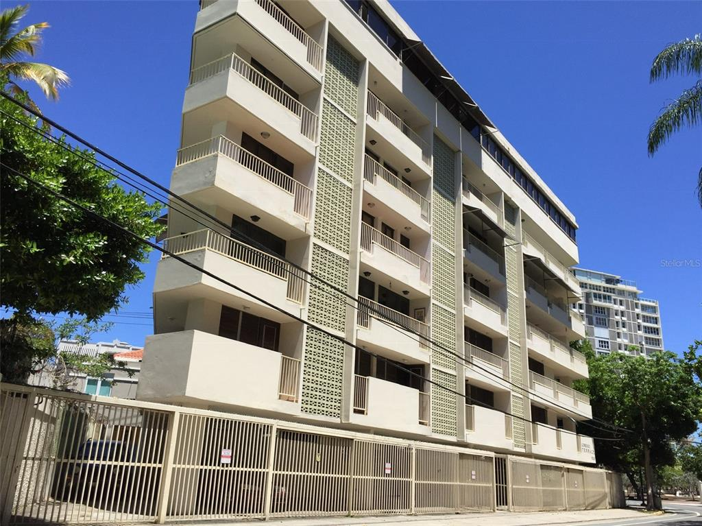Cozy apartment located on Ashford Avenue, with a beautiful view of the sea, crossing the street to the Parque Del Indio beach.  The building has full power generator and water tank for emergencies.  Negotiable price but not subject to appraisal.