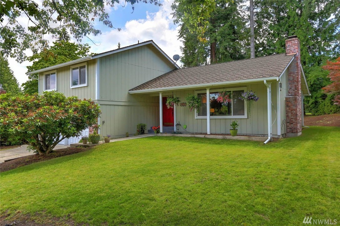 Welcome home to this 4bed/3ba home ideally located on hole #1 of sought-after Fairwood Golf & Country Club. Made for gatherings, you'll love the spacious dining & living rms w/huge windows & vaulted ceilings. Eat-in kitchen offers expansive views of back yard & golf course. Lower level family rm w/office nook. Spacious master suite w/ensuite bath, two closets & private balcony. Fairwood amenities include 24/7 security patrol, quiet streets easy access to freeways, major retail & dining.