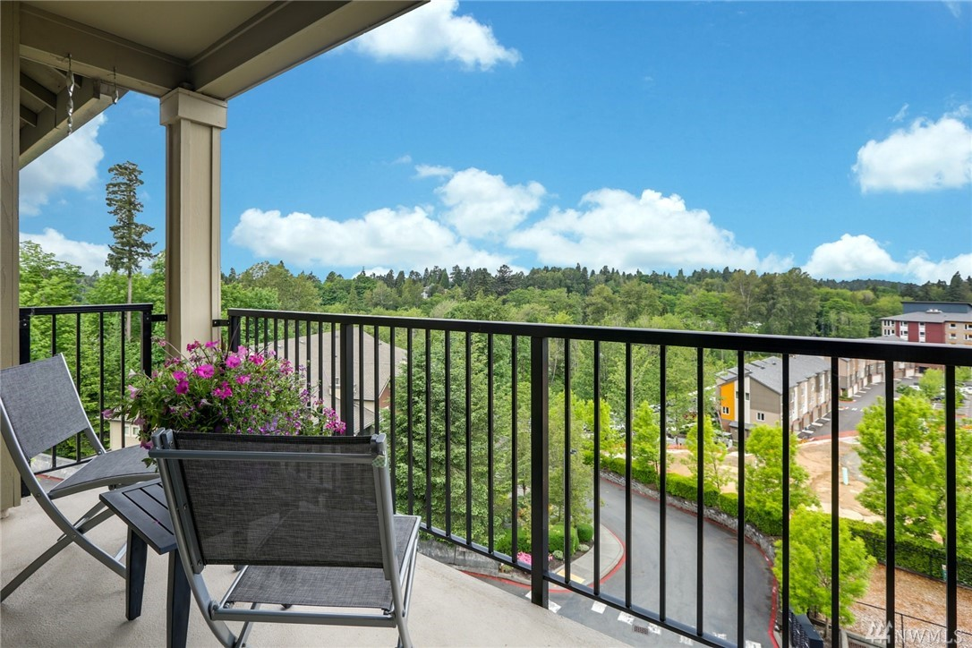 Incredible value on fabulous penthouse condo: 1900SF, 1 level w/unobstructed western views. NO stairs. Open floor plan w/gas FP, central island, solid granite counters, SS appl w/gas range, abundant cabinet storage + 2 view decks. Mstr suite incl open sitting area or quiet office, Lg walk-in closet & Dbl vanity master bath. Spacious 2nd BR w/Walk-in closet. Huge laundry rm.Quick walk to groceries, Grt restaurants Starbucks.EZ 405+I90 access.10min to DT Bellevue. Min to great nature trails &parks