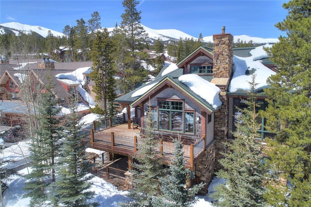 Steps to ski run and access to Snowflake chairlift very private and exceptional home. Great wrap around deck with patio below