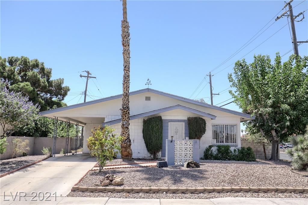 Single story home in central location close to everything! Watch the fireworks on the strip from your backyard! Bathrooms remodeled! Jetted jaccuzzi tub in 2nd bathroom. Come make this your own!